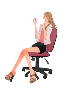 オフィスで椅子に座りコーヒーを飲んでリラックスする女性のイラスト素材 [FYI01639709]