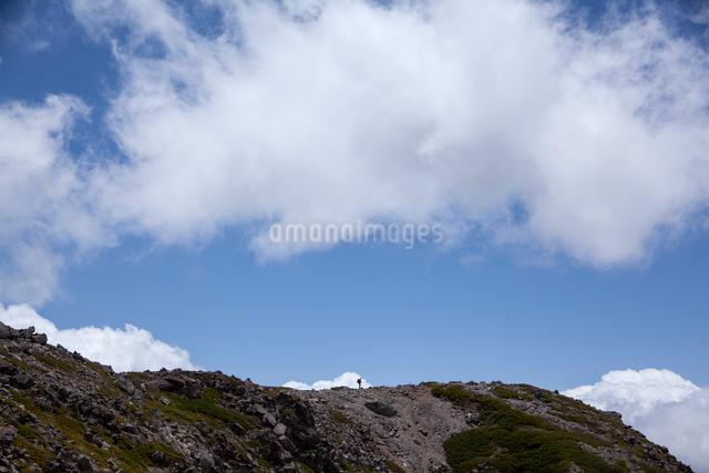 青空と稜線にいる登山者の写真素材 [FYI01639728]