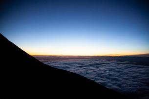 夕暮れの雲海と稜線の写真素材 [FYI01639749]