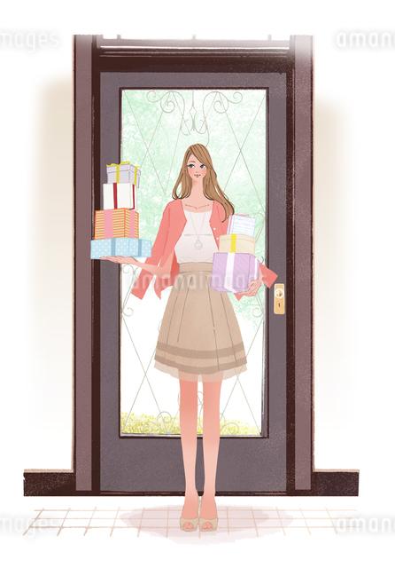 春の服装でドアの前に立つ、プレゼントをたくさん持った女性のイラスト素材 [FYI01639762]