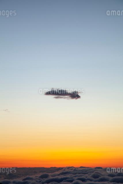 夕暮れの雲海とはぐれ雲の写真素材 [FYI01639778]