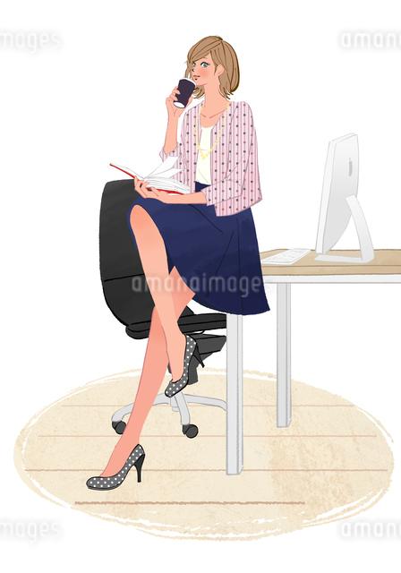 オフィスのデスクに座りコーヒーを飲んで手帳を開くOLの女の子のイラスト素材 [FYI01639781]