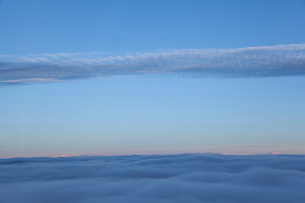 雲海と一筋の雲の写真素材 [FYI01639783]