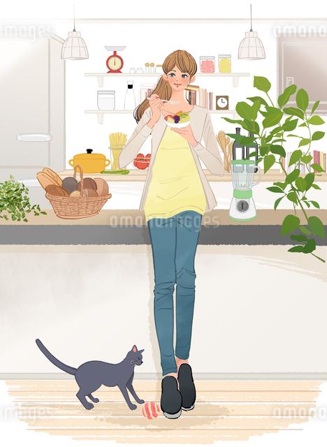 キッチンでフルーツを食べる女の子と足元で遊ぶ猫のイラスト素材 [FYI01639810]
