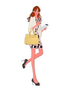 タブレットPCとコーヒーを持って歩くOLの女の子のイラスト素材 [FYI01639815]