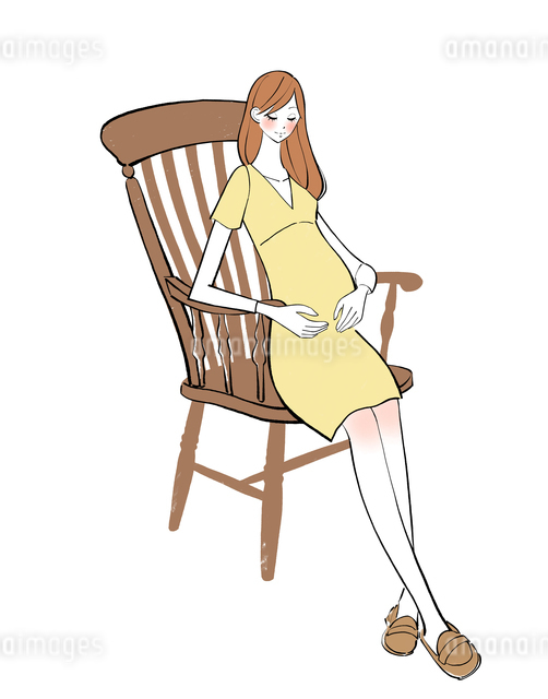 出産を控えて椅子に座るマタニティーワンピースの女性のイラスト素材 [FYI01639821]