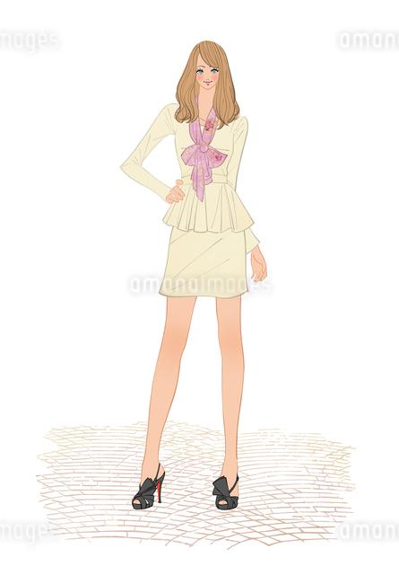 スカーフを巻きペプラムのスーツを着て立つ女性のイラスト素材 [FYI01639825]
