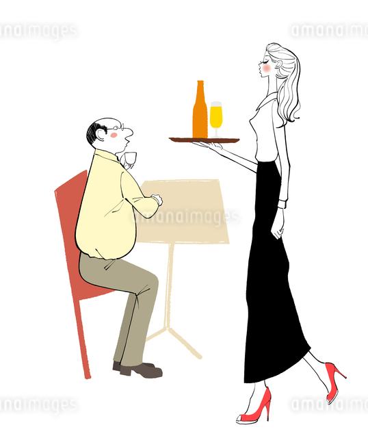 カフェでビールを運ぶウェイトレスとテーブルにつく客のイラスト素材 [FYI01639851]
