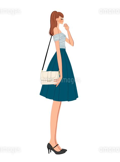 バッグを肩にさげる横向きの女の子のイラスト素材 [FYI01639861]