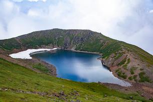 御嶽山三の池と残雪の写真素材 [FYI01639881]