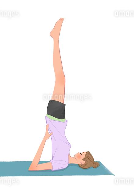 ヨガマットの上で肩立ちの運動をするショートパンツの女性のイラスト素材 [FYI01639886]