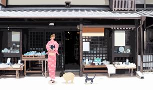 京都のお店から出てくる着物姿の女の子のイラスト素材 [FYI01639902]