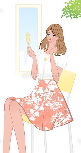 椅子に座り手鏡を見て化粧を確認する女性のイラスト素材 [FYI01639927]