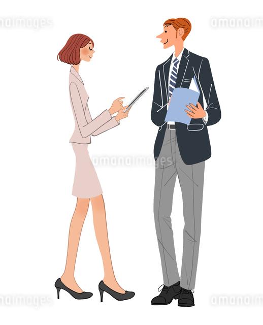 打ち合わせをするipadを持った女性と男性社員のイラスト素材 [FYI01639935]