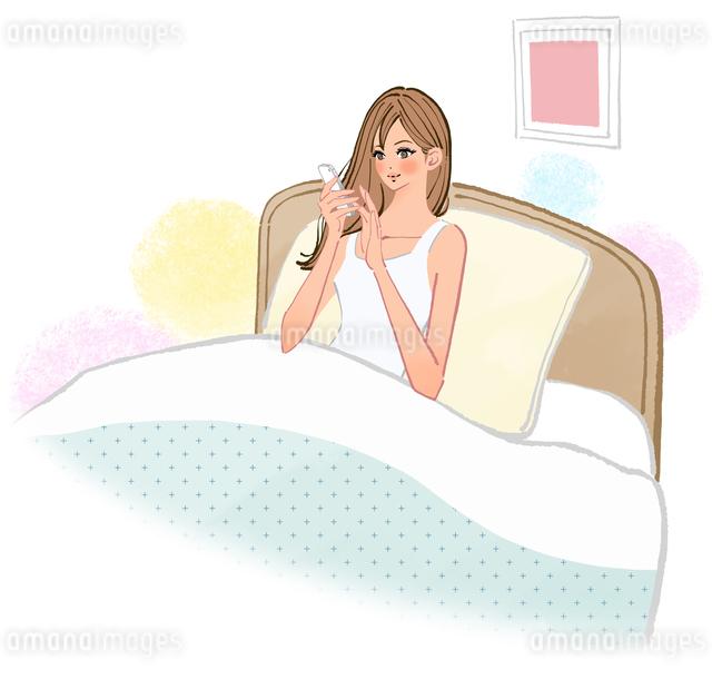 ベッドの中でスマートフォンをさわる寝る前の女性のイラスト素材 [FYI01639939]