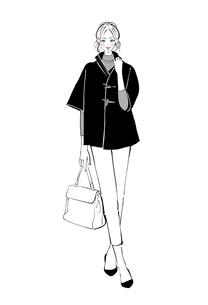 ポンチョを着てカバンを持って立つ女の子のイラスト素材 [FYI01639942]