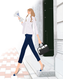 会社から出て新聞を読みながら歩くOLの女の子のイラスト素材 [FYI01639947]