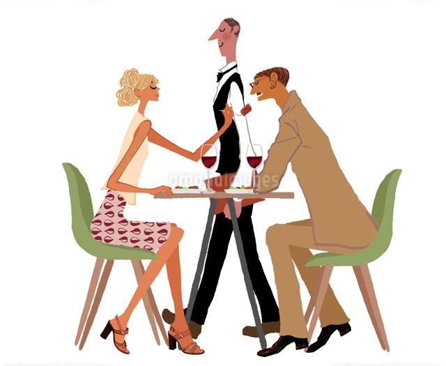 レストランのウェイターと食事するカップルのイラスト素材 [FYI01639948]