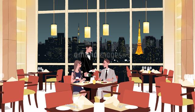 夜景の見えるレストランで食事するカップルとウエイターのイラスト素材 [FYI01639951]