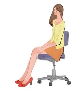 オフィスで椅子に座り、太もも、膝のマッサージをする女の子のイラスト素材 [FYI01639964]
