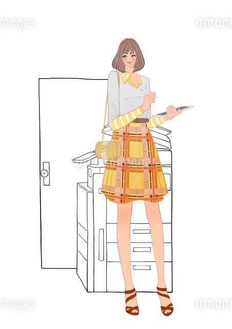 会社でコピー機の前に立ちタブレット端末を使う女性のイラスト素材 [FYI01639966]