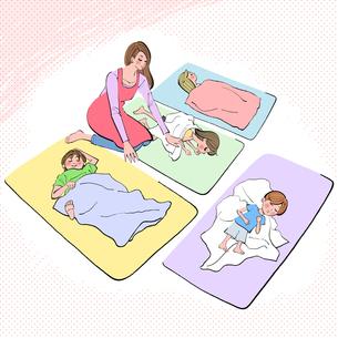 お昼寝の時間に子供たちを寝かしつける保育士のイラスト素材 [FYI01639983]