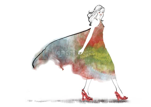 ドレスを着て歩くハイヒールの女性のイラスト素材 [FYI01639986]