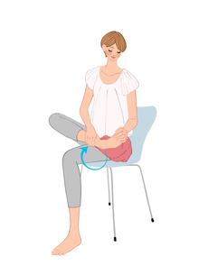 椅子に座り足首を回す運動で疲れをとる女性のイラスト素材 [FYI01639997]