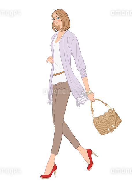 カーディガンを羽織りカバンを持って出かける女性のイラスト素材 [FYI01640005]