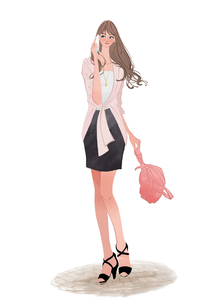 携帯電話(スマートフォン)で話しながら街を歩く女性のイラスト素材 [FYI01640022]