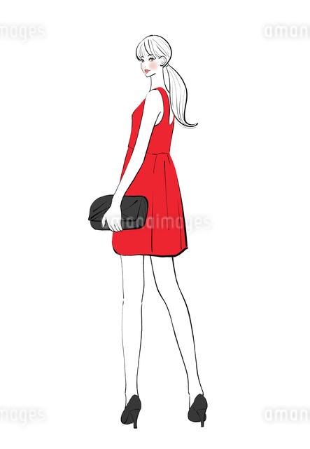 ワンピースのドレスを着て振り返る女性のイラスト素材 [FYI01640025]