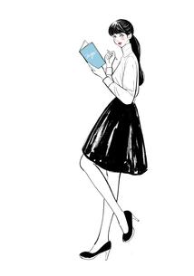 本とペンを持って立つ女性のイラスト素材 [FYI01640038]