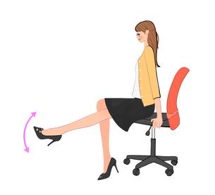 オフィスで椅子に座り脚を上下させる運動をする女性のイラスト素材 [FYI01640048]