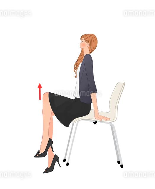 椅子に座り足を上げる運動をする女性のイラスト素材 [FYI01640063]