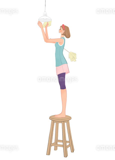 椅子に昇り照明の掃除をするハタキを持った女性のイラスト素材 [FYI01640066]