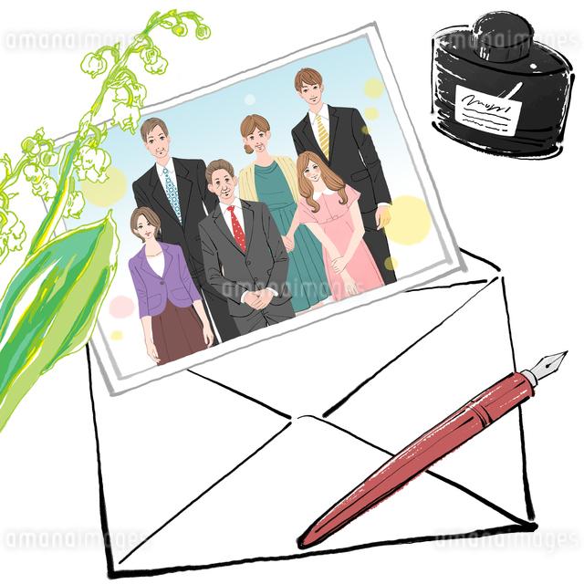 両家の顔合わせの食事会の時の集合写真をそえて手紙を書くのイラスト素材 [FYI01640074]