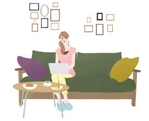 ソファに座りお菓子を食べながらノートパソコンに向かう女性のイラスト素材 [FYI01640082]