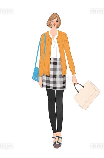 カバンと買い物袋を持って歩くチェックのスカートの女性のイラスト素材 [FYI01640086]