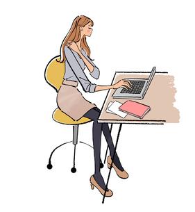 オフィスでノートパソコンに向かって座る肩こりのOLの女性のイラスト素材 [FYI01640094]