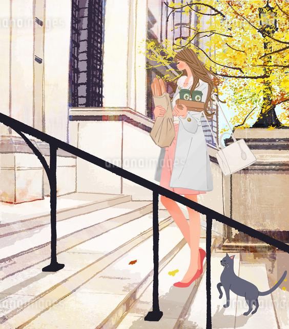 バケットとコーヒーを買ってアパートの家に帰る女性と猫のイラスト素材 [FYI01640131]