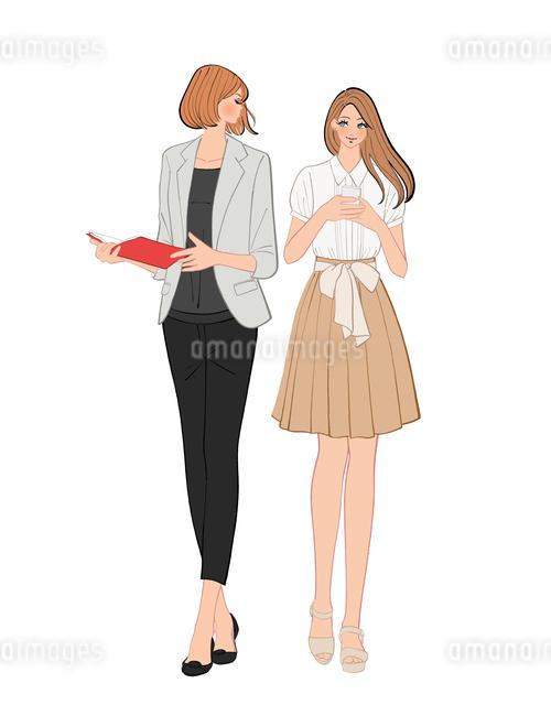 会話しながら歩く女性社員のイラスト素材 [FYI01640137]