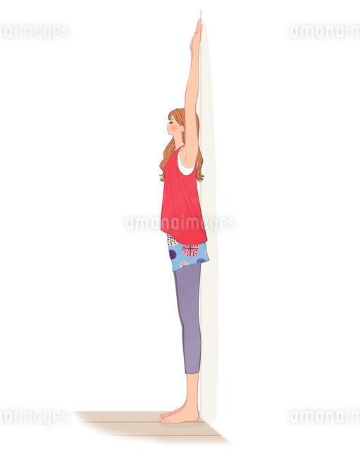 壁に背中をつけて肩のストレッチをする女性のイラスト素材 [FYI01640158]