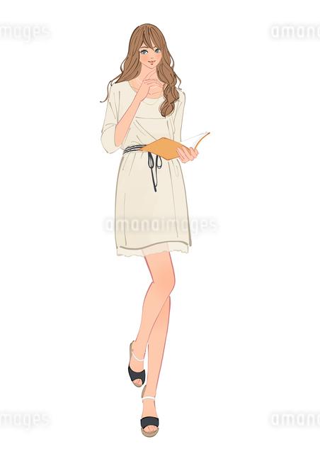 手帳を広げて立つOLの女性のイラスト素材 [FYI01640190]