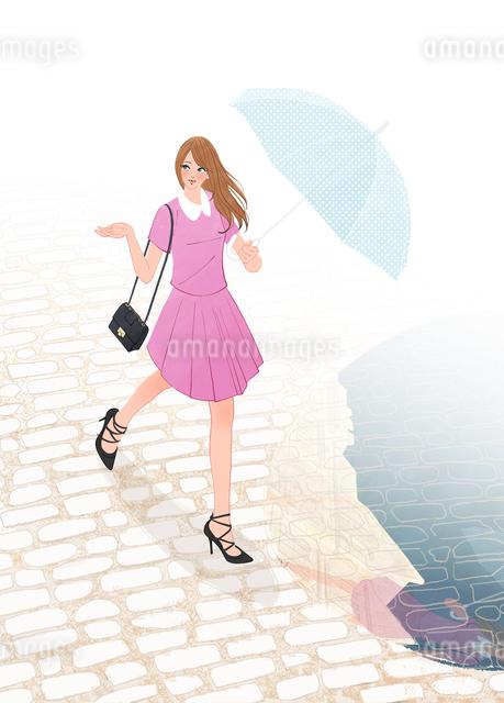 雨上がりの街を傘を差して歩く女性のイラスト素材 [FYI01640249]