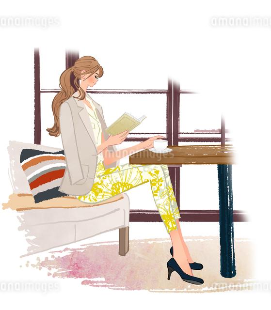 カフェで珈琲を飲みながら本を読む、ソファに座る女の子のイラスト素材 [FYI01640297]