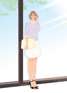 店のウィンドウの前で待ち合わせをする女性のイラスト素材 [FYI01640311]