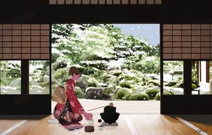 着物を着てお茶をたてる女性のイラスト素材 [FYI01640328]