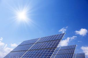ソーラーパネルと青空の写真素材 [FYI01640375]