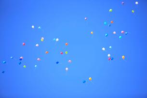 青空と風船の写真素材 [FYI01640387]