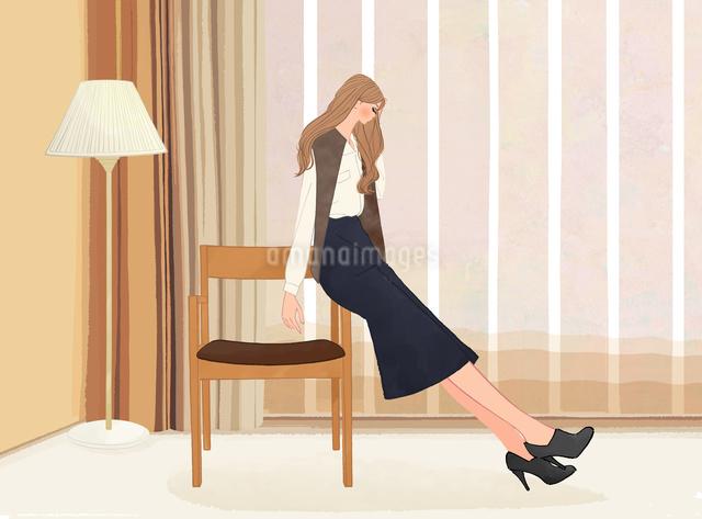 ホテルの部屋で椅子にもたれて座る女性のイラスト素材 [FYI01640400]